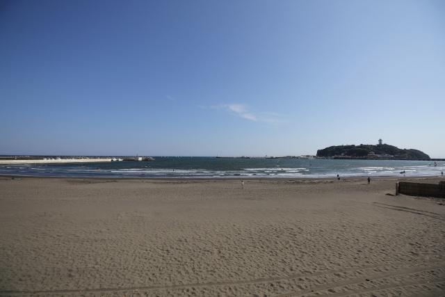 海岸から見える海の画像