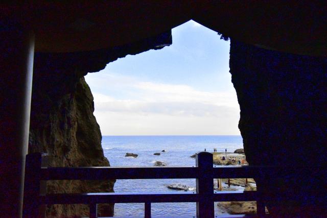 岩屋から見える海