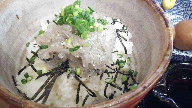 鎌倉甚平のしらす丼
