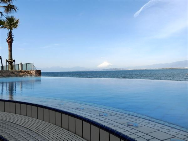 江の島アイランドスパの屋上プールの画像