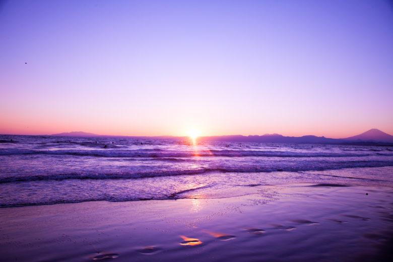 日の出の海のイメージ画像
