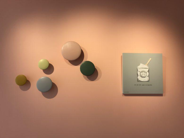 壁のアート・パネルとボタン