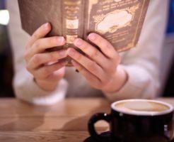 カフェで洋書を読む女性