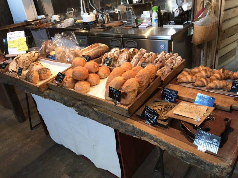 パンが並んだカウンター