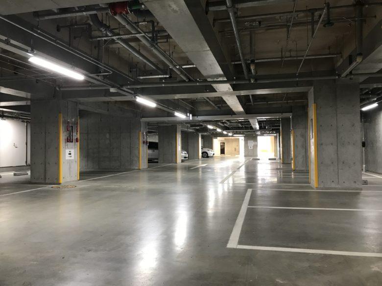 Fプレイス駐車場内