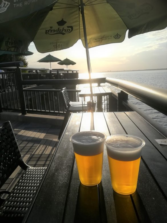 ビール2つと席