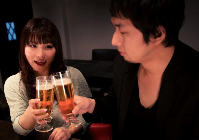 恋人たちが乾杯しているところ